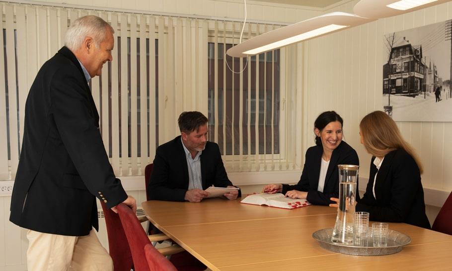 Bilde av ansatte i et møterom